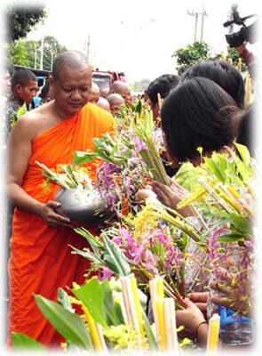 ประเพณีตักบาตรดอกไม้ วัดพระพุทธบาทฯ สระบุรี(๒)